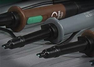 Ein Tastkopf leitet das Signal zum Oszilloskop weiter und macht es damit sicht- und auswertbar.